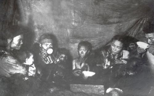 В яранге. Начало XX века