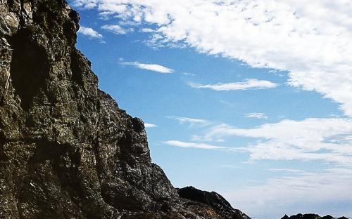 Во время прилива к этим скалам не подступишься