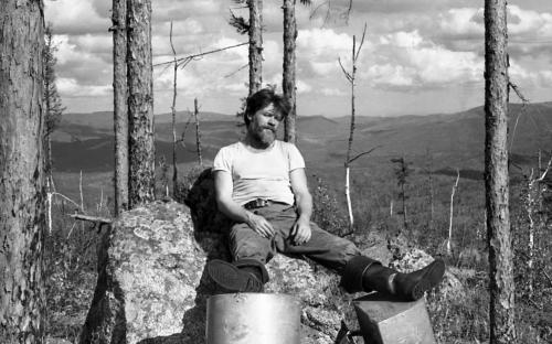Геолог Вениамин Гилев на таежном промысле