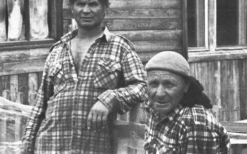 Николай Зайцев, справа, охотник без ног